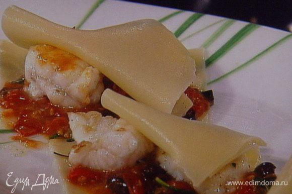 Теперь все ингридиенты готовы, осталось собрать лазанью: как и любую лазанью собираем слоями, чередуя каждый слой соусом: тесто, соус, рыбка, соус...