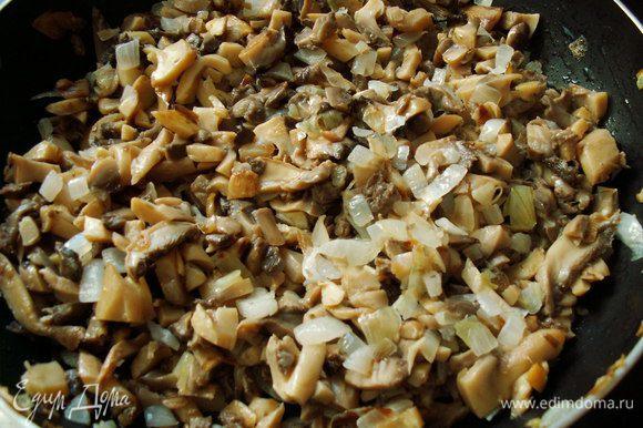 Лук и грибы мелко шинкуем. Обжариваем на небольшом количестве растительного масла. Солим, перчим.