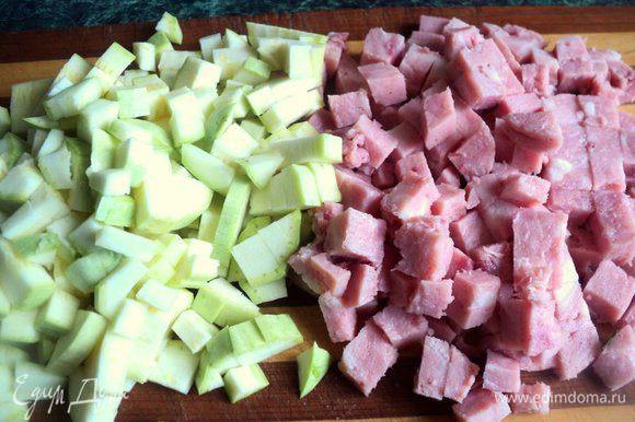 Кабачок и ветчину нарезать небольшими кубиками.