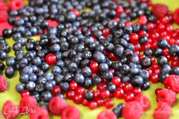 Готовим белково-заварной крем. Для начала ягоды помыть и обсушить.