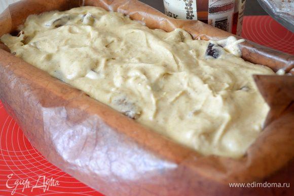 Выкладываем тесто в форму для кекса (ее можно смазать сливочным маслом или же застелить бумагой для выпечки как у меня) разровнять.