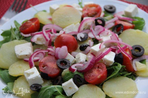Салатные листья выкладываем на тарелки, а на них наш салат. Приятного аппетита)