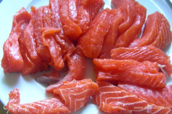 Филе лосося режем полосочками (длиной, подходящей под размер Ваших формочек).