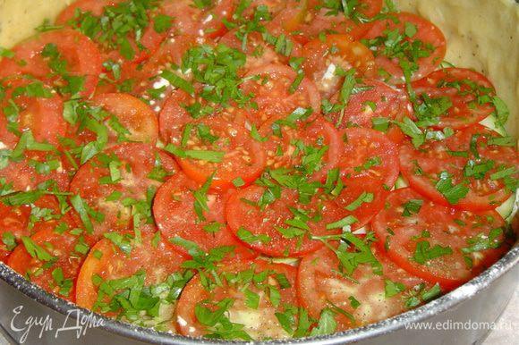 следующий слой - нарезанные кружочками помидоры и измельченная зелень,