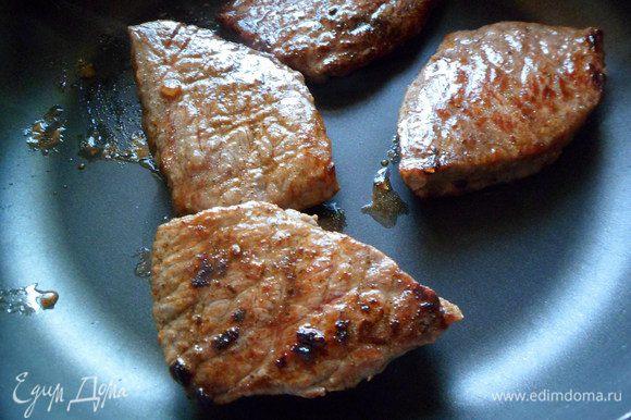 Затем мясо укладываем в форму для запекания и запекаем в разогретой духовке до 170 гр.до состояния медиум (ну кто как любит)