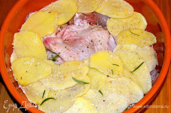 Выложить слой картофеля на курицу.