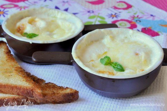 Запекать в предварительно разогретой духовке 8-10 минут (в моей духовке за это время получается яйцо с жидким центром, соответственно - это по желанию, можно запекать подольше). Хлеб обжарить на сковороде в смеси оливкового и сливочного масла, натереть чесноком.