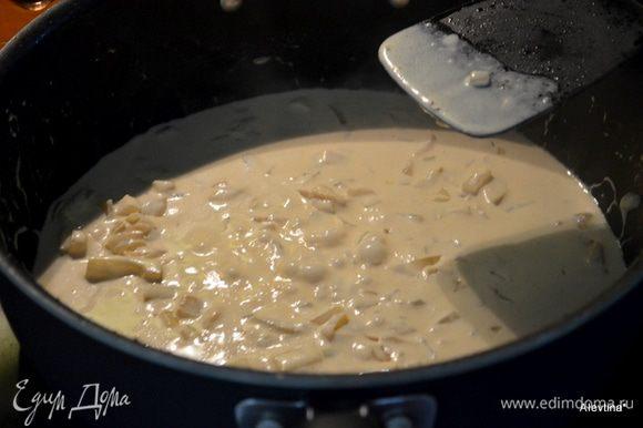 Выложим сливочное масло. добавим лук и чеснок,мешаем 1 мин.. Как только пойдет аромат, снимаем с огня. Добавим бренди,затем сливки 1/2 стак или 1 стакан и горчица.