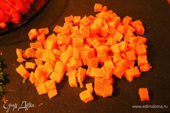 Ветчину нарезаем мелкими кубиками.