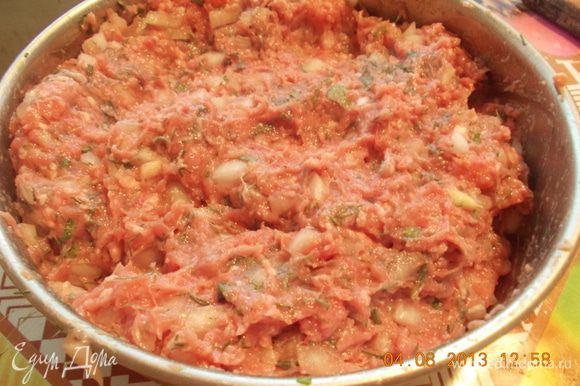 Мелко режем лук, режем зелень, смешиваем с фаршем, солим, перчим