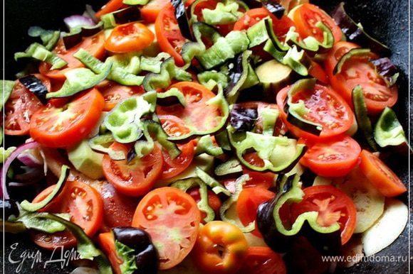 Потом укладываем слой помидоров, так чтобы мясо было полностью прикрыто и перцев тех самых, которые болгарскими называют.