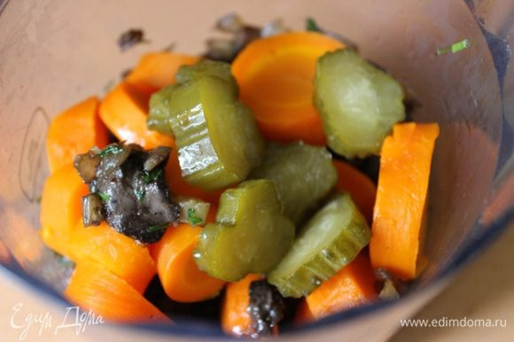 В блендер сложить грибную обжарку, грецкие орехи, морковь и солёный огурец. Добавить 1-2 ст.л. растительного масла. Измельчить все ингредиенты до удобной для вас консистенции. Переложить икру в банку и хранить в холодильнике.Подавать икру с хлебцами или подсушенными тостами. Приятного аппетита!