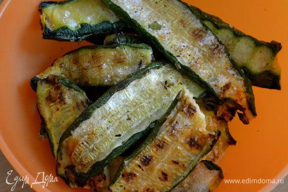 Сразу включим духовку разогреваться на 180 С. Нарезанные кабачки-цукини обжарить на гриле. Можно использовать уже заранее подготовленные и предварительно замороженные кабачки (как в моем случае).