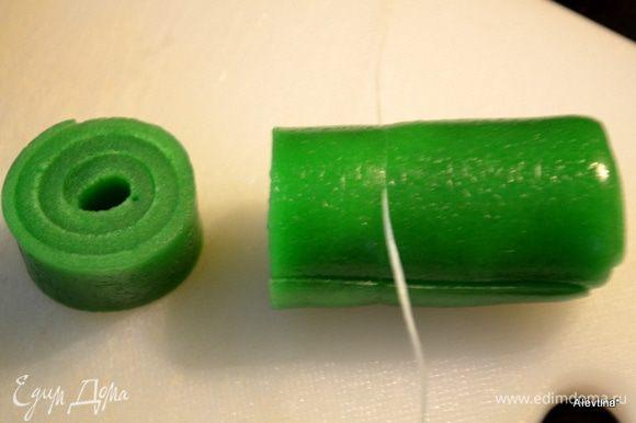 Переложим на разделочную доску и используя зубную нить, подкладываем снизу, прорезаем на небольшие части.