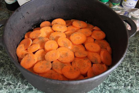 Но вот ведь незадача - у нас в казане одновременно присутствуют и помидоры, и картошка... Знаете, что будет, если готовить картошку вместе с помидорами? Будет резиновая, неугрызаемая картопля. Так что нам нужно сделать так, чтобы они не контактировали. Поэтому морковь режем тонкими шайбочками и укрываем ей слой томатов. Морковку я посыпала зирой, но на этот раз мелко смолотой.