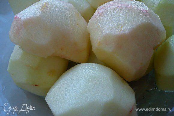 Тем временем вымыть яблоки, почистить. Разрезать пополам,вынуть сердцевину.