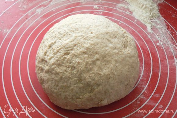 Замесить тесто. Месить 10 минут. Скатать тесто в шар и положить в смазанную маслом чистую большую миску. накрыть миску пищевой пленкой. Оставить примерно на час, пока тесто не увеличится объеме в 2 раза.