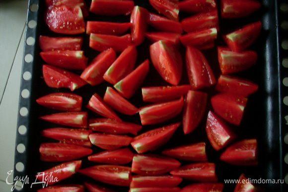 Вымыть помидоры. Нарезать их дольками, чтобы можно было разложить для просушивания вниз кусочком кожуры, так они не прилипают к противню.