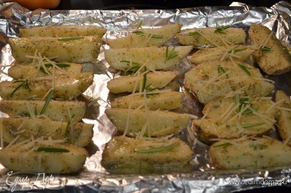 Смешать оливковое или растительное масло, соль, 1/4 ч.л черный перец, розмарин свежий или сухой 2 ч.л. Перемешать с картофелем. Затем с пармезаном и выложить на противень. Поставить в духовку на 45 мин.