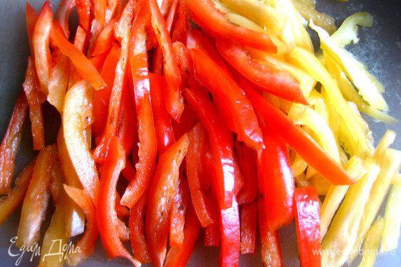Сладкий перец нарезать тонкой соломкой (у меня местный,поэтому две штучки разные по цвету!).