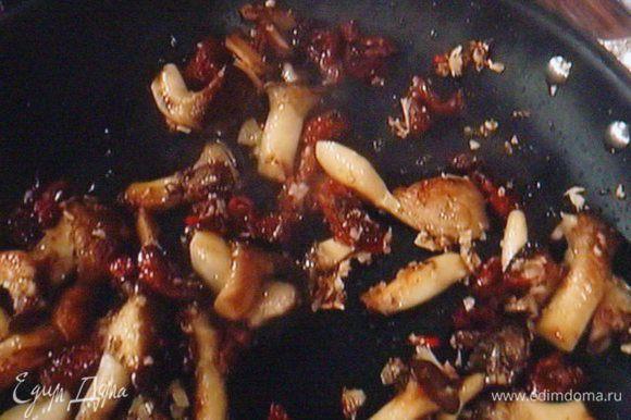 Когда луковые запахнут, добавить мелко порезанные вяленые томаты, посолить, поперчить, добавить ложку меда, влить бульон, потушить грибы, пока не выпарится вся жидкость.