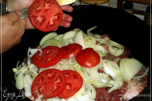 Потом берём пару БОЛЬШИХ и ОЧЕНЬ СПЕЛЫХ помидор. И режем их над казаном, ВПОПЕРЁК!!! Обязательно над казаном – это важно.