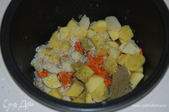 Забрасываем туда же в кастрюльку - порезанный картофель, крупу, приправы, добавляем воду или булъйон до верхней отметки