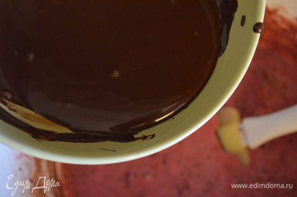Влить шоколад и все размешиваем до однородности.