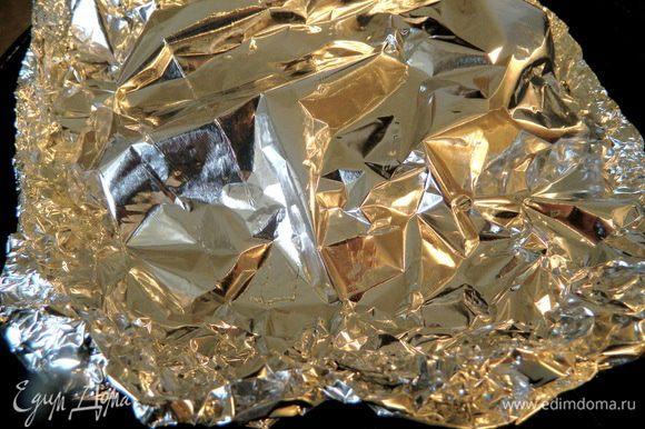Упаковываем в фольгу и отправляем в разогретую до 200 г духовку на 40-45 мин.