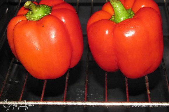 Перцы положите на решетку, разогретой до максимума духовки. Запекайте до появления черных подпалин, примерно 10 минут.