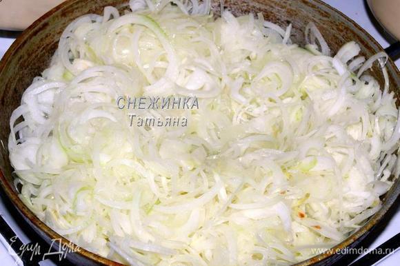 Лук нарезаем тонкими кольцами. Все овощи для быстроты дела и удобства нарезала с помощью комбайна. В сковороде разогреваем немного растительного масла и обжариваем немного лук.