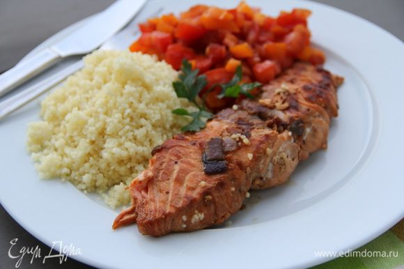 Подаем рыбку с салатом из помидоров и перцев. Я еще решила гарнир добавить - кускус. С рисом тоже будет здорово - соус и ароматные соки собирать. Приятного аппетита))
