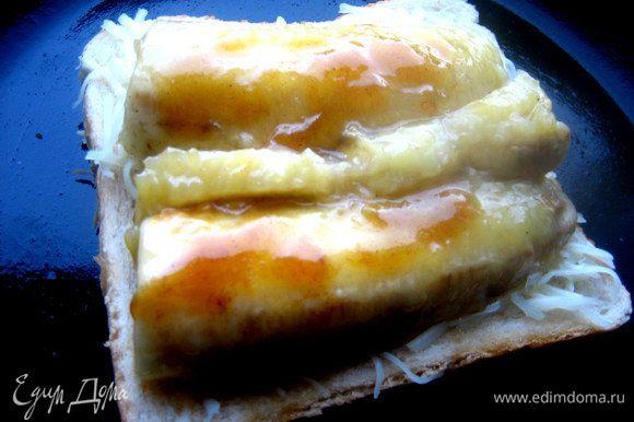 Аккуратно на лопатке переносим обе половинки банана и поливаем сверху мёдом, в котором они жарились, пока не застыл.