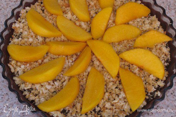 Персики выложить на кростату.Выпекать в разогретой до 180 °С духовке 40 минут.