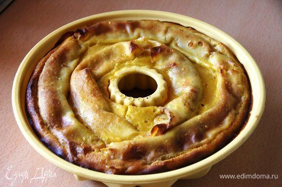 Форму берем круглую или для кексов в середине с дыркой. На блины мажем яблочную начинку, сворачиваем трубочкой и укладываем по кругу. Начинку рассчитать примерно, у меня немного не хватило на верхние блины(