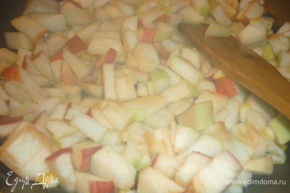 Яблочки...чем кислее, тем вкуснее...крошим мелко. цедру лимона тоже можно просто порезать. все отправляется в сковородку на огонь. в принципе, яблоки и на тёрке можно, но с кусочками интереснее. да, плеснем в сковороду водички. все начнет шкворчать-ворчать. яблочки слегка проварятся, станут мягкими