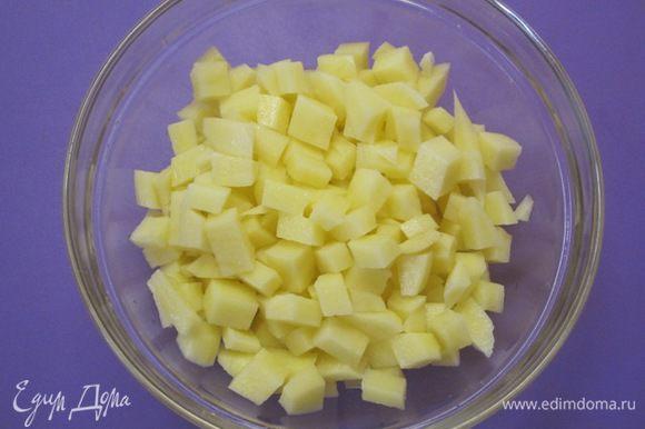 Картофель вымыть, очистить, нарезать на небольшие кубики. Я делаю такую нарезку картофеля на все супы - мне так больше нравится.