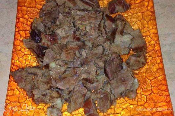 Когда мясо доварится, достать его и порезать на кусочки. Бульон процедить и положить в него порезанное мясо, довести до кипения.