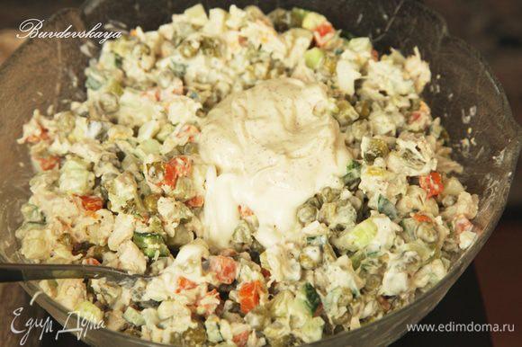 Зелень вымыть, высушить и мелко порезать.Добавить к салату. Салат посолить, поперчить и заправить майонезом непосредственно перед подачей. Переложить в большой салатник или в порционные, украсить по вкусу. P.S. Если Вы планируете есть салат в течении нескольких приемов пищи, то переложите его в контейнер для продуктов, плотно закройте крышкой и отправьте в холодильник (без соли и без майонез - так салат дольше останется свежим). ENJOY!
