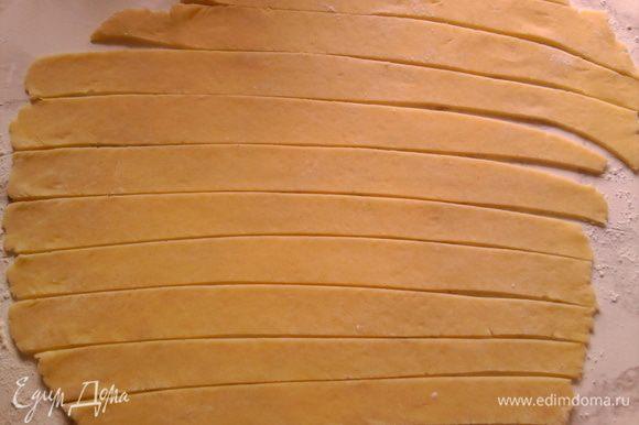 Раскатать тесто, толщиной кому как нравится, потолще вкуснее где-то 0,5 см. И лепим рогалики, я положила дробленые орехи.