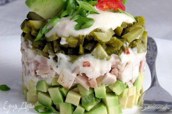 Осторожно снимаем кулинарное кольцо и украшаем салат по своему желанию. Обязательно посыпаем зеленым луком. Приятного аппетита!