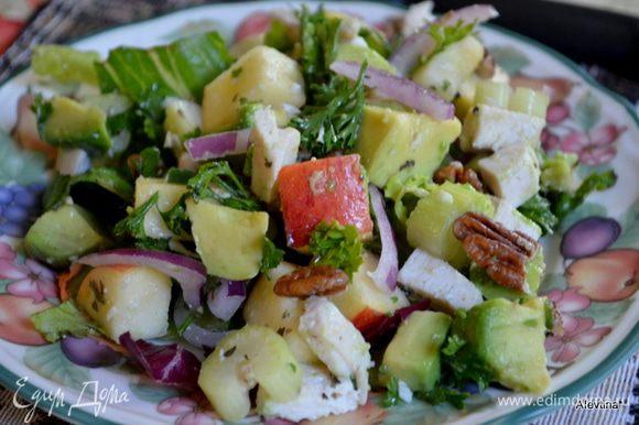 Листья салата нарвать. Подаем на листьях салата. Приятного аппетита. Для тех кому не хватает этой скромной заправки из масла и лимон.сока, можно добавить майонез или готовую купленную заправку.