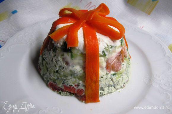 """Из вареной моркови вырезаем ножом для чистки овощей тонкие полоски для """"ленточек"""" и оформляем с их помощью салат."""