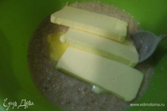 В овсяные хлопья добавляем мед, сахар, сливочное масло и заливает крутым кипятком. Оставляем на 20 минут.