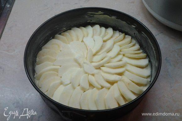 Разложить яблоки сверху теста и залить глазурью. Я делала силиконовой кисточкой. Так ровнее ложиться.