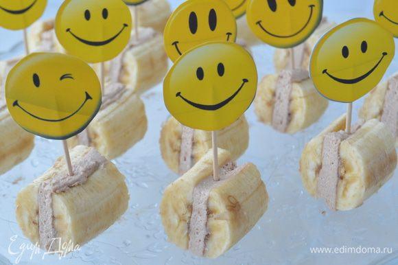 Перед подачей разрезать банан на 3 части. Воткнуть декор или шпажки для канапе.