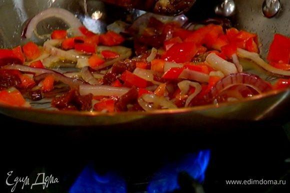 Испанский пикантный перец мелко порезать, добавить в сковороду с овощами, все перемешать.
