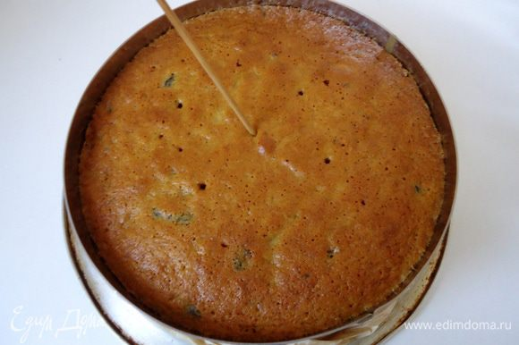 Готовность проверить сухой шпажкой. После выпечки бисквит, не вынимая из формы остудить в течение 15 минут. Затем вынуть и дальше остужать на решетке.