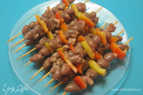 Деревянные шпажки вымочить в холодной воде в течение 30 минут. Сладкий перец нарезать кусочками. Нанизать сердечки на шпажки плотно, поочередно с ломтиками сладкого перца.