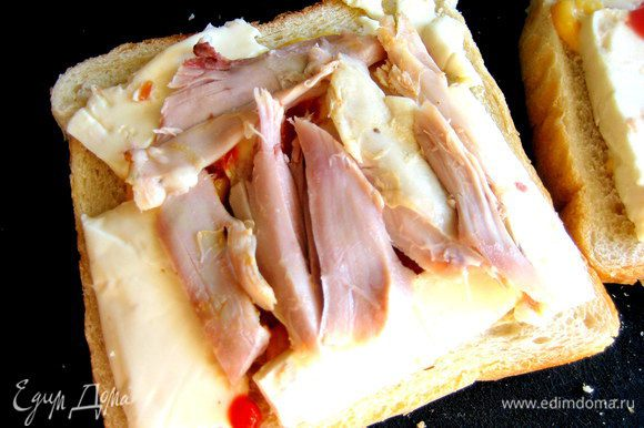 Выложим несколько кусочков тоже на сыр второго сэндвича.